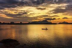 Gondel en zonsopgang bij de visserij van dorp Royalty-vrije Stock Foto's