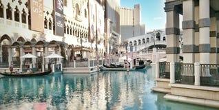 Gondel-Fahrt entlang venetianischem Kanal Stockfotografie