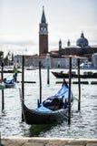 Gondel machte durch St- Markquadrat mit Kirche Sans Giorgio di Maggiore in Venedig, Italien fest Stockfotografie