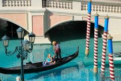 Gondel met toeristen in een kanaal, een Venetiaanse Toevluchthotel en een casi Royalty-vrije Stock Afbeelding