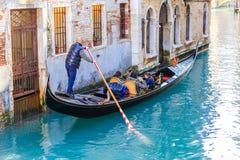 Gondel met toeristen Venetië Italië royalty-vrije stock fotografie