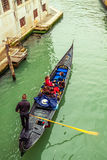 Gondel mit Fluggästen in Venedig Lizenzfreies Stockbild