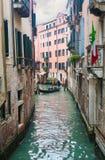 Gondel mit Touristen in der Karnevalszeit in Venedig Stockbilder