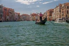 Gondel mit Touristen schwimmt entlang Grand Canal in Venedig, Italien Lizenzfreie Stockbilder