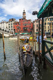 Gondel nahe der Rialto Brücke Stockfotografie