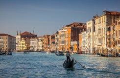 Gondel-Reiseflug auf dem großartigen Kanal in Venedig Lizenzfreies Stockfoto