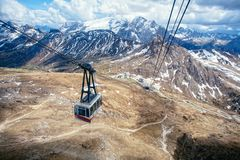 Gondel am Sass Pordoi, italienische Dolomit stockbild