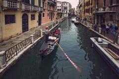 Gondel schwimmt entlang den schmalen Kanal in Venedig lizenzfreie stockfotografie