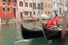 Gondel twee in Venetië dichtbij pijler Stock Foto's