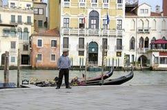 Gondel und Gondoliere in Venedig lizenzfreie stockfotos