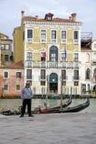 Gondel und Gondoliere in Venedig lizenzfreies stockfoto