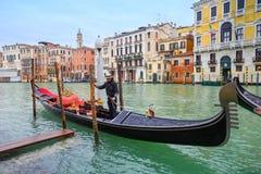 Gondel und Gondoliere in Venedig Lizenzfreie Stockfotografie
