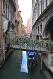 Gondel Venedigs Italien, die unter Steg geht Lizenzfreies Stockfoto