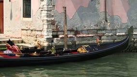 Gondel Venedigs Italien festgemacht nahe bei Gebäude stock video