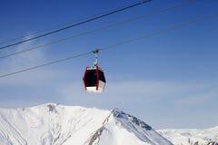 Gondelbahn und schneebedeckte Berge Stockfoto