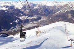 GondelDrahtseilbahn- und Skisteigungen in den Bergen des Winterurlaubsorts Lombardi, Nord-Italien Lizenzfreie Stockfotografie