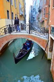 Gondelfahrt-Venedig-Kanal Stockfotografie