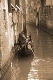 Gondelier dragende toeristen in Venetië, sepia toon Stock Foto's