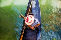 Gondelier in een boot Hoogste mening van de brug Stock Afbeelding