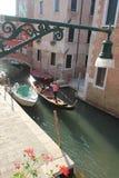 Gondelier en los canales de Venecia cerca del distrito de Rezzonico fotografía de archivo