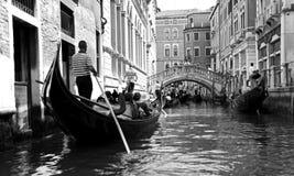 Gondelier en toeristen in een gondel Stock Foto's