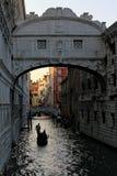 Gondelier het roeien gondel in het kanaal vóór zonsondergang in Venetië, Italië Royalty-vrije Stock Foto
