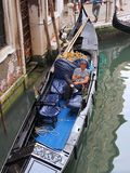 Gondelier Resting in Gondel, Venetië, Italië Royalty-vrije Stock Foto's