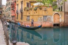 Gondelier in Venetië stock afbeelding