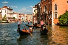 Gondelieren die op Grand Canal, Venetië drijven Stock Foto
