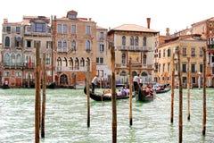 Gondelieren die toeristen op Grand Canal, Venetië vervoeren Royalty-vrije Stock Foto