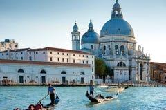 Gondelieren in Grand Canal in Venetië Stock Fotografie