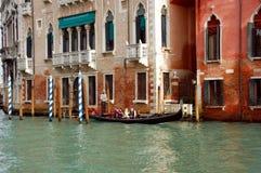 Gondelieren met zijn cliënten op Grand Canal Venetië, Italië Stock Afbeeldingen