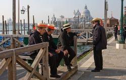 Gondelieren in Venetië Stock Foto