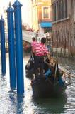 Gondelieren in Venetië stock foto's