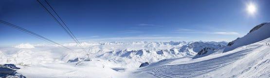 Gondelkabel nahe dem Gipfel Stockfoto