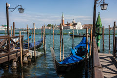 Gondelkai in Fluss in Venedig stockfoto