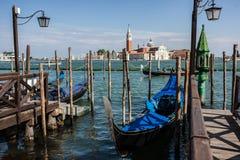 Gondelkai in Fluss in Venedig Stockfoto
