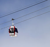 Gondellift met ski en snowboards Stock Afbeeldingen
