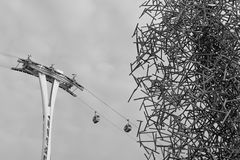 Gondellift in oude modieuze foto Silhouet van lucht-kabel auto o stock afbeeldingen