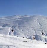 Gondelliften en skihelling bij aardige zonochtend Royalty-vrije Stock Fotografie