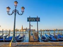 Gondelmening in Venetië vroege ochtend Stock Afbeeldingen