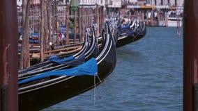Gondeln auf dem Pier Venedig, Italien stock video footage