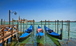 Gondeln auf großartigem Kanal in Venedig Lizenzfreies Stockbild