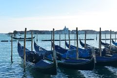 Gondeln auf großartigem Kanal in Venedig, Italien lizenzfreie stockfotografie