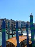 Gondeln auf großartigem Kanal, Venedig, Italien Stockfotos