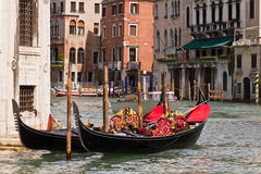Gondeln auf Venedig-großartigem Kanal Stockfoto