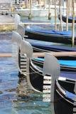 Gondeln ausgerichtet in Venedig Lizenzfreies Stockbild