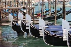 Gondeln ausgerichtet in Venedig Stockfotografie