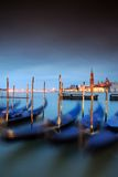 Gondeln befestigt auf großartigem Kanal in Venedig Lizenzfreies Stockfoto