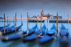 Gondeln befestigt auf großartigem Kanal in Venedig Lizenzfreie Stockbilder